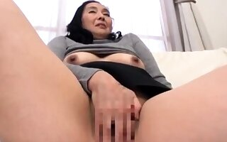 Mature Japanese AV Model gives an amazing blowjob